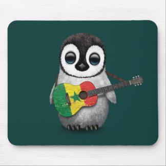 セネガルの旗のギターのティール(緑がかった色)を遊んでいる赤ん坊のペンギン マウスパッド