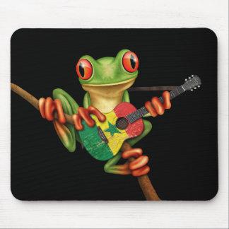 セネガルの旗のギターの黒を遊んでいるアマガエル マウスパッド