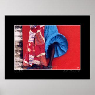 セネガルの通りの風に吹かれたスカート ポスター