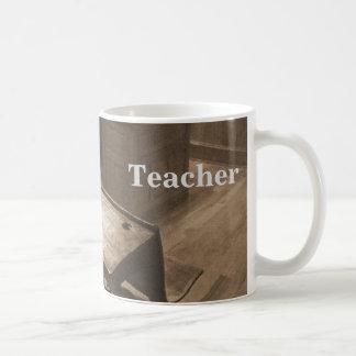 セピア色の旧式の教室 コーヒーマグカップ