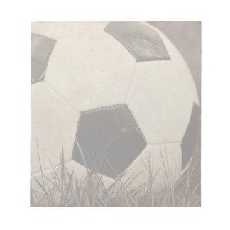 セピア色はサッカーボールにある調子を与えました ノートパッド