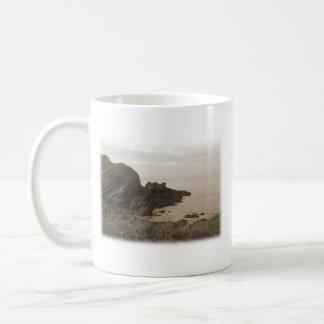 セピア色色の崖。 白い背景 コーヒーマグカップ