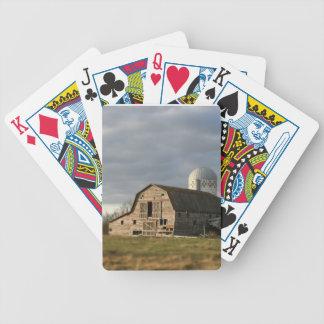 セメント・サイロの古い木製の納屋の農場のギフトのplayingcards バイスクルトランプ