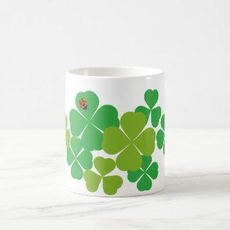セントパトリックの日のクローバー及びてんとう虫 コーヒーマグカップ
