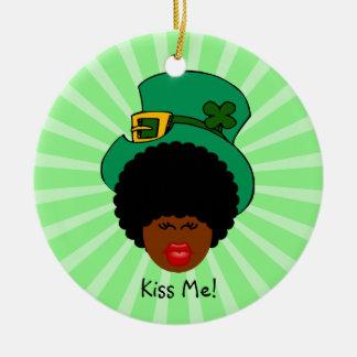 セントパトリックの日のユーモア: 私に接吻して下さい。 私は黒いアイルランド語です! セラミックオーナメント
