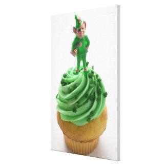 セントパトリックの日の緑のクリームが付いているマフィン キャンバスプリント