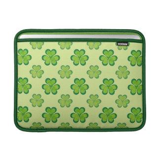 セントパトリックの日の緑のシャムロックの幸運なクローバー MacBook スリーブ