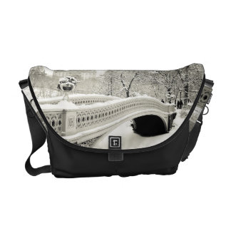 セントラル・パークの冬-弓橋の雪 クーリエバッグ