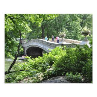セントラル・パークの弓橋の下の船遊び フォトプリント