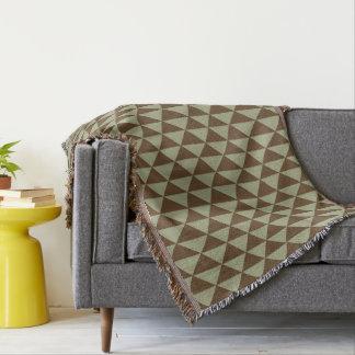 セージグリーンおよびチョコレート色の三角形のタイル スローブランケット