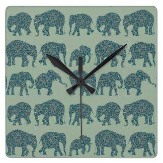 セージグリーンの柱時計のペイズリー象の列 スクエア壁時計