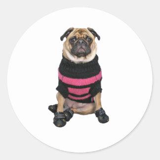 セーターおよびブーツを持つおもしろいな服を着せられたパグ犬 ラウンドシール