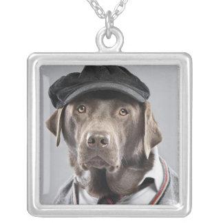 セーターおよび帽子の犬 シルバープレートネックレス