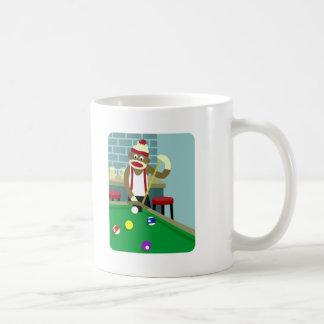 ソックス猿のプールのビリヤードをする人 コーヒーマグカップ