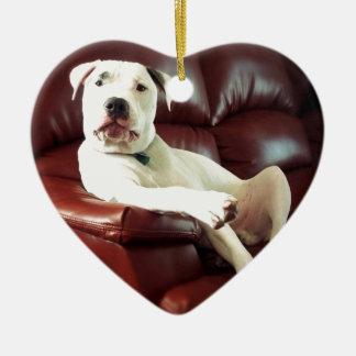 ソファのおもしろいで白いピット・ブル犬 セラミックオーナメント