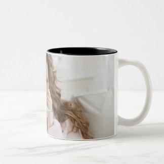 ソファの病気の女性 ツートーンマグカップ