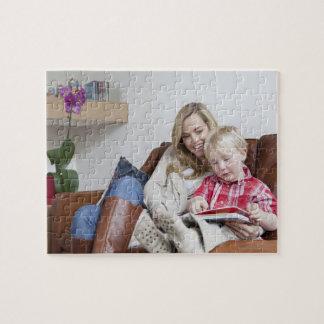 ソファーに一緒に坐っている母および息子 ジグソーパズル