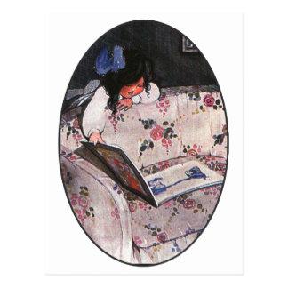 ソファーに読んでいる小さな女の子 ポストカード