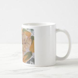 ソーセージが付いている小さい手製の塩辛いクロワッサン コーヒーマグカップ