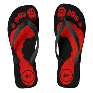 ゾンビの赤い足跡のスマイリーToes™のハロウィンの黒 ビーチサンダル
