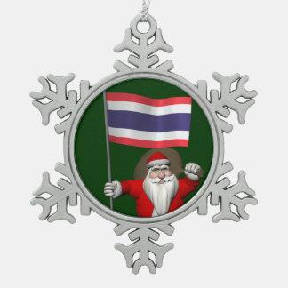 タイの旗を持つ甘いサンタクロース スノーフレークピューターオーナメント