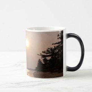 タイの水酸化カリウム溶液チャンの日没 マジックマグカップ