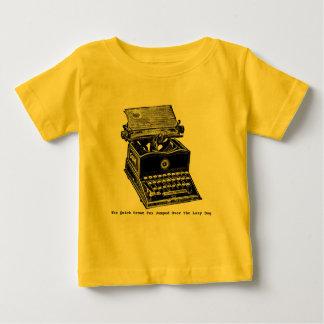 タイプライター、ブラウンの速いキツネ… ベビーTシャツ