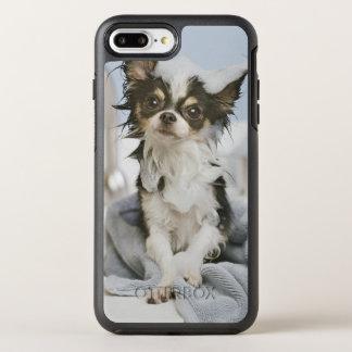 タオルで包まれたなチワワの子犬 オッターボックスシンメトリーiPhone 8 PLUS/7 PLUSケース