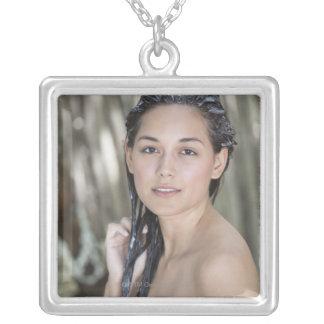 タオルで包まれたな美しい若い女性 シルバープレートネックレス