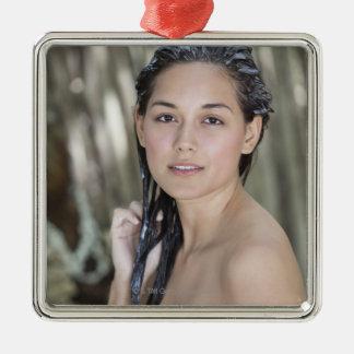 タオルで包まれたな美しい若い女性 メタルオーナメント