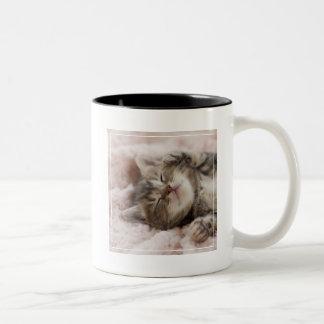 タオルで眠っている子ネコ ツートーンマグカップ