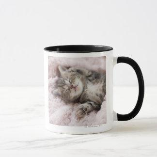 タオルで眠っている子ネコ マグカップ