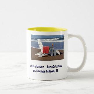 タオル及び飲み物のJaJaの姉妹が付いているビーチの椅子… ツートーンマグカップ