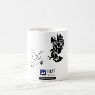 タカ対鳩のマグ コーヒーマグカップ