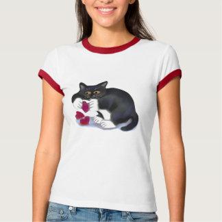 タキシードの子ネコに3人のバレンタインのハートのイヌハッカのおもちゃがあります Tシャツ