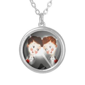 タキシードの愛らしいヴィンテージの2つのゲイの男性のカップル シルバープレートネックレス