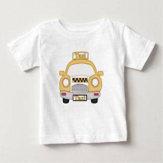 タクシーの男の赤ちゃんのTシャツ ベビーTシャツ