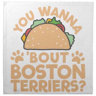 タコスの一続きのボストンテリアにほしいですか。 ナプキンクロス