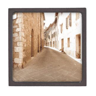 タスカニーの古い村の細道。 Pienza、イタリア ギフトボックス