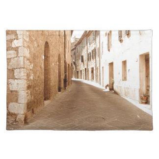 タスカニーの古い村の細道。 Pienza、イタリア ランチョンマット