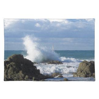 タスカニーの海岸線に沿う嵐の海そしてヨット ランチョンマット