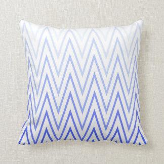 タマキビの青く白い勾配のシェブロンパターン クッション