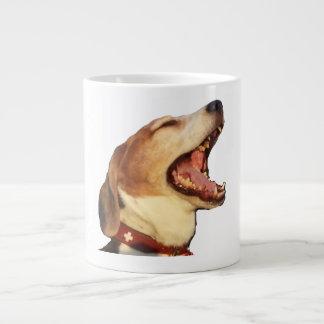 タムタムあくびをする眠いビーグル犬 ジャンボコーヒーマグカップ
