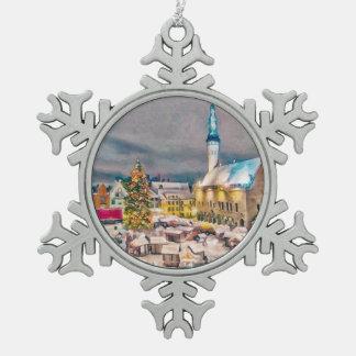 タリンエストニアのクリスマスの市場 ピューター製スノーフレークオーナメント