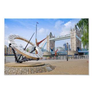 タワー橋および日曜日のダイヤル、ロンドンのイギリスの写真のプリント フォトプリント