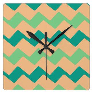 タンおよび水シェブロンは縞で飾ります スクエア壁時計