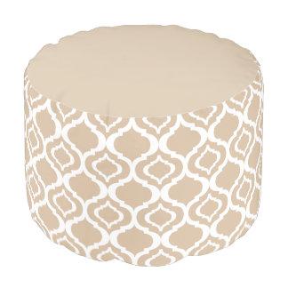 タンおよび白く幾何学的なモロッコの格子パターン プーフ