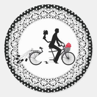 タンデム自転車の結婚式のステッカー 丸形シール・ステッカー