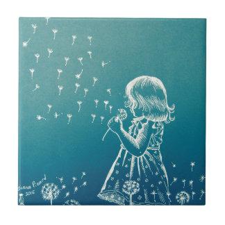 タンポポで吹いている小さな女の子 タイル