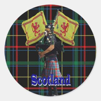 タータンチェックのスコットランドのパイパー ラウンドシール